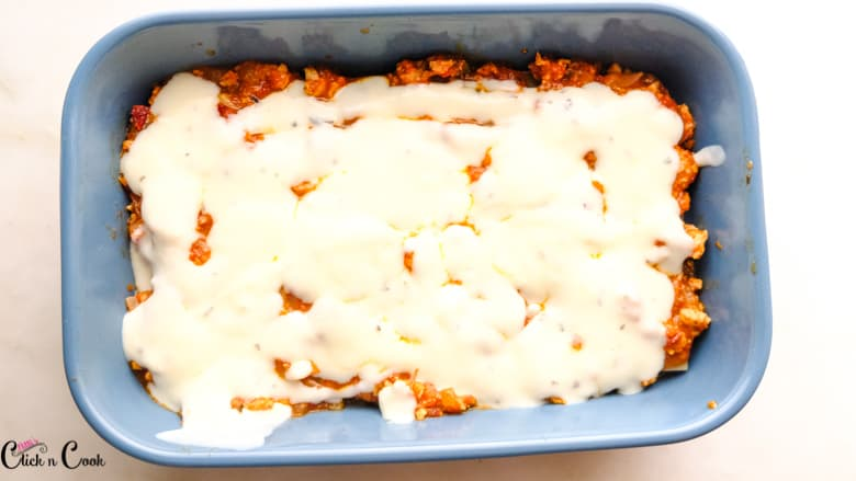 white sauce in blue baking tray