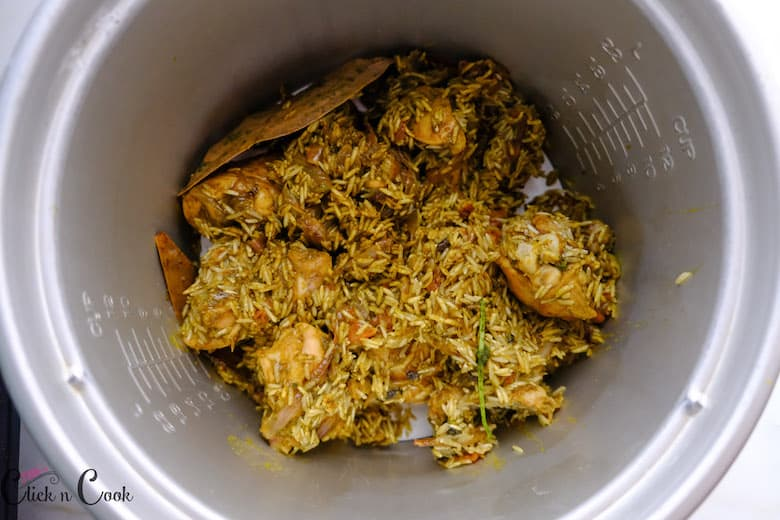chicken with rice masala is in deep pot