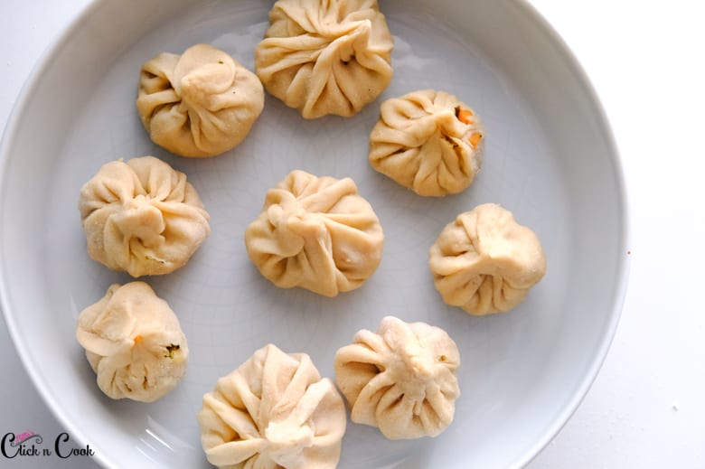 veg momos are kept on the plate