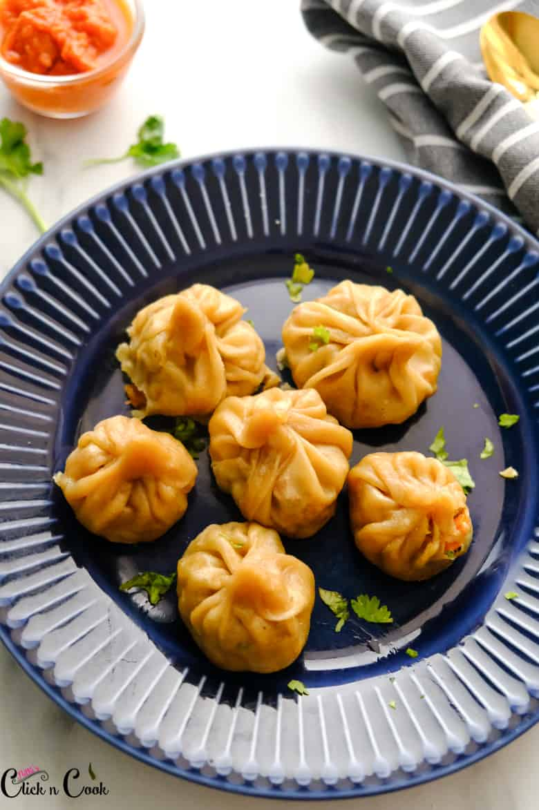 veg momos served in blue plate with momos chutney aside