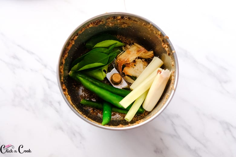 lemon grass, green chili, kaffir leaves and galangal are in the blender